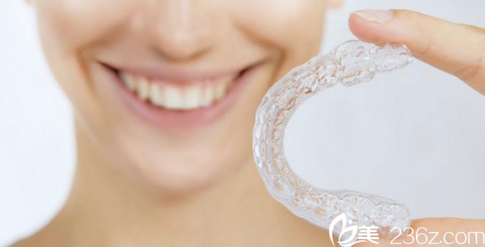 同样是矫正牙齿,为什么隐形牙套是普通牙套贵好几倍?华西医院口腔科专家为您解答