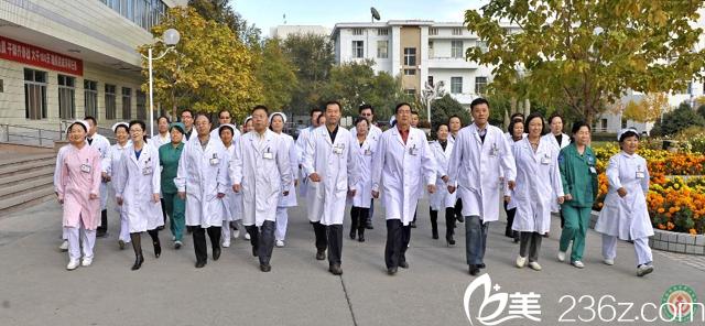 该院整形科拥有主任医师2人,副主任医师1人,主治1人,住院医师1名,是克拉玛依地区只此一家从事整形外科、美容的专业技术学科,自治区重点学科,在疆内外享有声誉,求美者覆盖整个北疆地区,近年来有长足的发展,求美者数量不断上升,获得疆内业界同行的认同。 整形科开展项目有双眼皮、去眼袋、切眉、隆鼻、面部除皱术、脂肪填充、隆胸术、巨乳缩小成形术、吸脂减肥、毛发移植、纹身修整、祛斑祛痘、腹壁整形等。