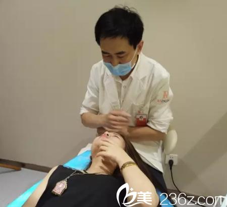 注射玻尿酸垫下巴过程中