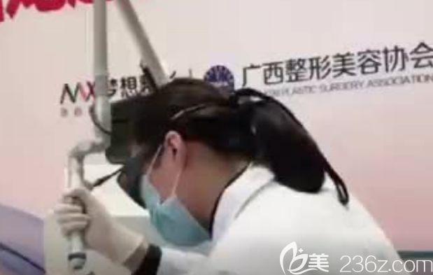我在南宁梦想整形做皮秒激光祛斑手术中