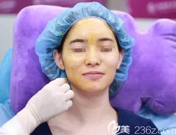 注射玻尿酸和胶原蛋白术前填充的面部消毒