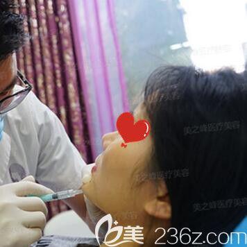 刘磊主任进行注射玻尿酸丰下巴术过程中