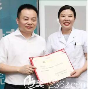 陈主任获得爱思特集团颁发的荣誉证书