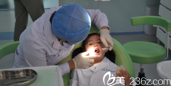 华西医院口腔科,牙齿矫正现场