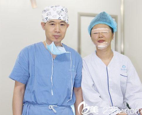 济南海峡医院吴银堂医生和患者的照片