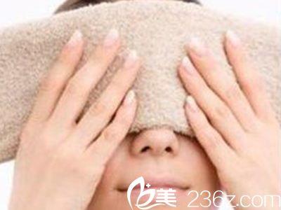 毛巾热敷改善黑眼圈