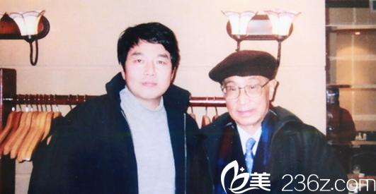 2000年1月 朱云院长(左)与整形外科创始人之一工程院院士张涤生教授(右)合影