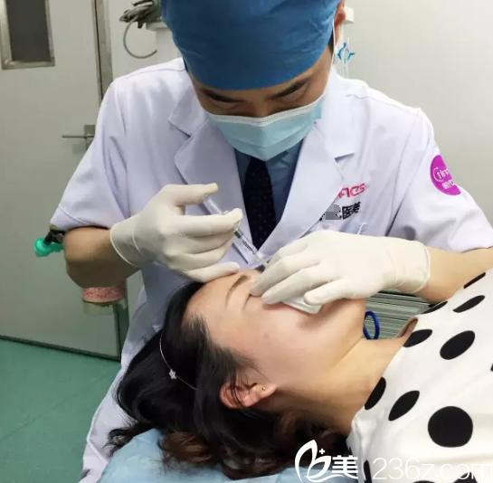 康国辉注射隆鼻手术中