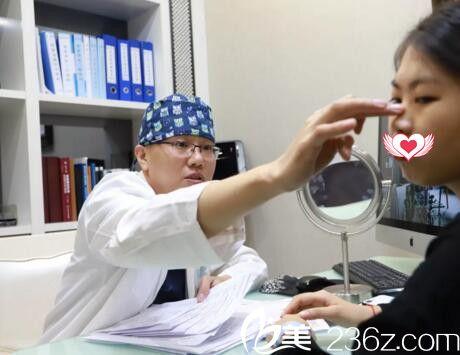 赵双庆主任为患者进行术前面诊