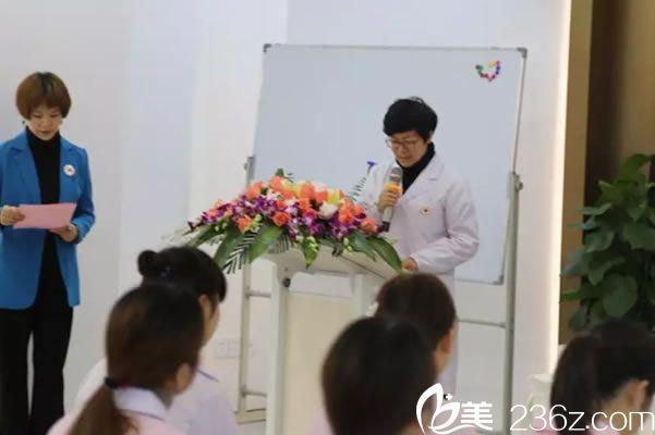 石凌云宣读红十字会运动七项基本原则