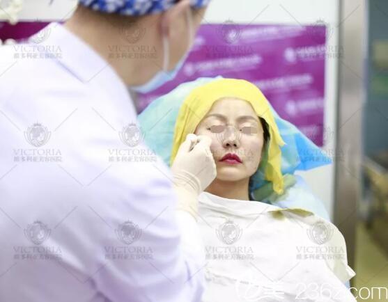 维多利亚医生做线雕治疗中