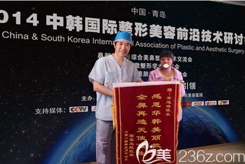 黄旭培公益救助的大学生王红红为院长送锦州表示感谢