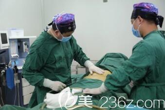 余春国医生做大腿吸脂手术过程中