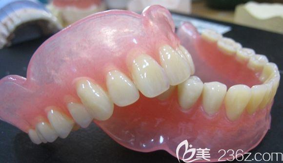 朋友说武汉同济医院王华均教授会在仁爱口腔坐诊,特带外婆来此做了全口吸附性义齿