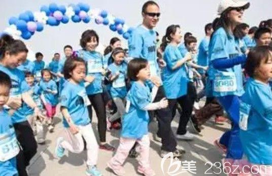 参加千鸡宴中还含亲子跑步比赛活动