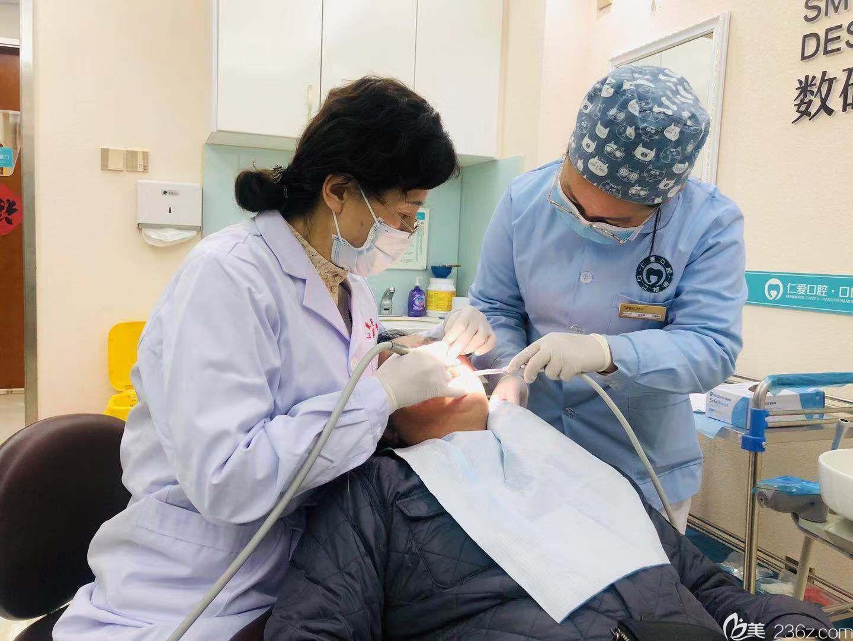 王凤仙医生为胡爷爷做口腔检查