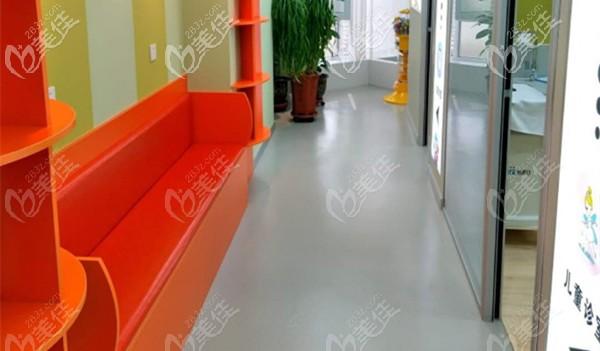 诊室门口的休息区