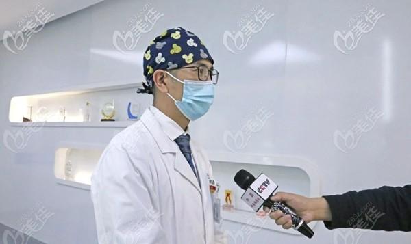 cctv新闻频道对中诺口腔医院种植医生的采访现场图