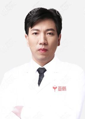 坐诊于长沙亚韩的易东风医生
